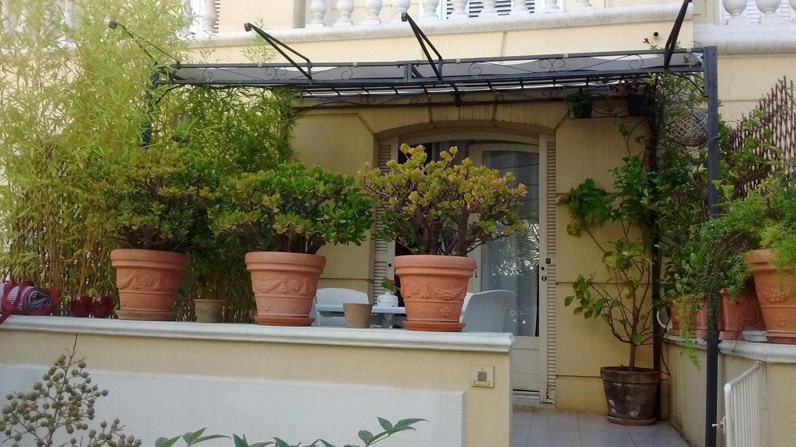 location menton centre ville studio meubl avec grande terrasse. Black Bedroom Furniture Sets. Home Design Ideas